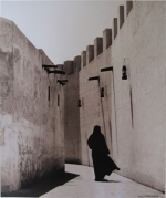kd6-10-bastakiya-local-lady-in-alleyway-dhs-gelatine-photograph-34x40-cms