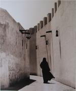 kd6-10-bastakiya-local-lady-in-alleyway-dhs-gelatine-photograph-34x40-cms